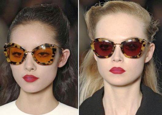 """As lentes estão mais claras  cores """"amarronzadas"""", amarelas, vermelhas e  até roxa. Alguns óculos aparecem torneados de brilho dourado, marrom  dourado e, ... ab7c9bf895"""